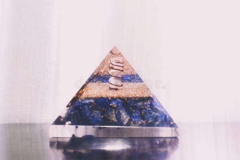 En crystal pyramid med kristallen inom arkivbild