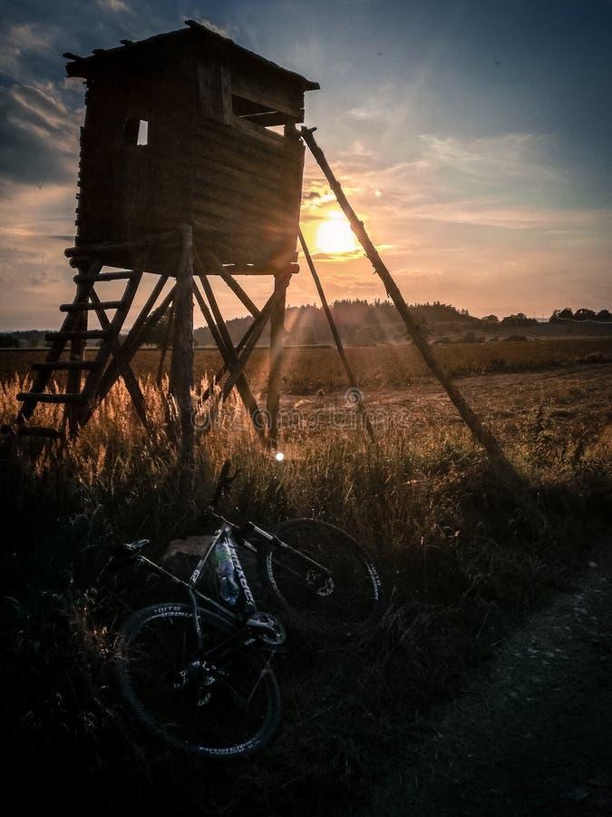 En cykel med solnedgång arkivfoton