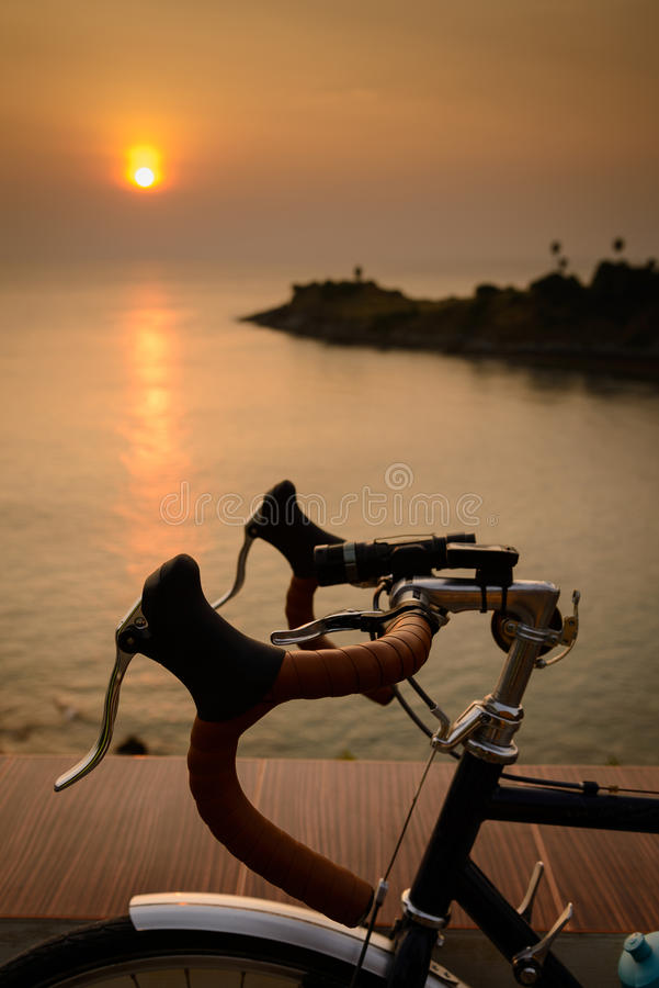 En cykelkontur på en solnedgång SOMMAREN landskap fotografering för bildbyråer