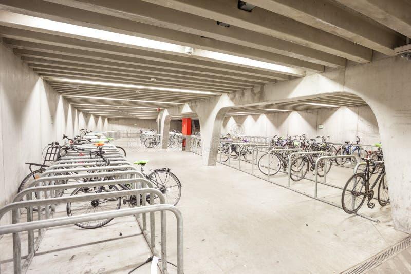 En cykelparkering royaltyfri fotografi
