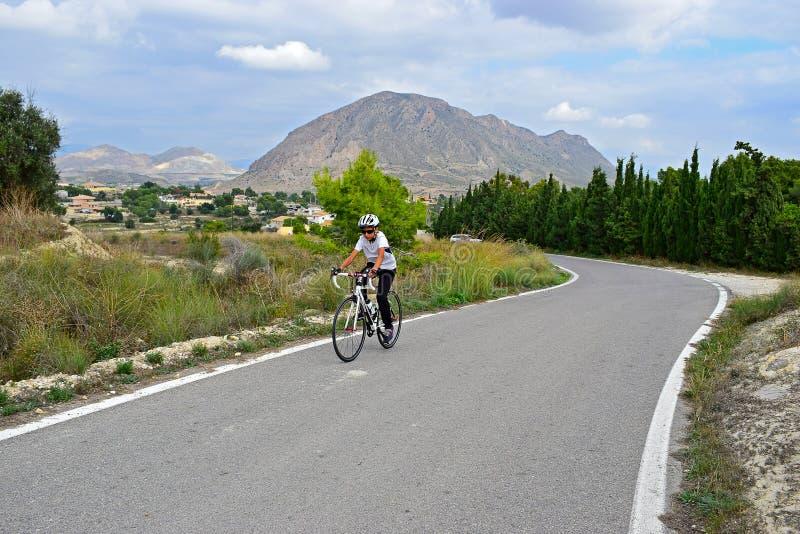 En cyklist i bergen med att bedöva landskap arkivfoton