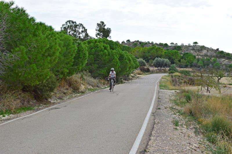 En cyklist i bygden royaltyfria foton