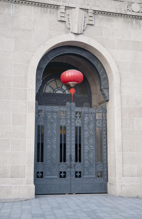 En dörr av en byggnad på shanghaien royaltyfri bild