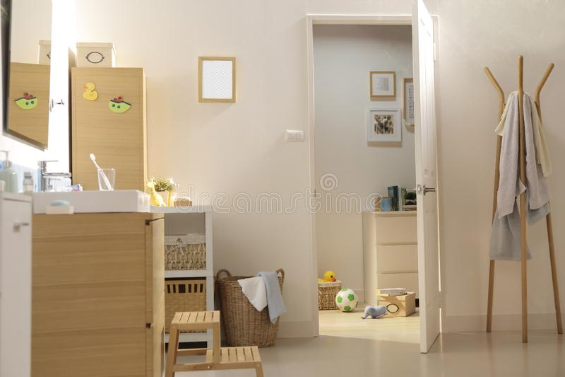 En dörr som är öppen in i badrummet royaltyfri bild