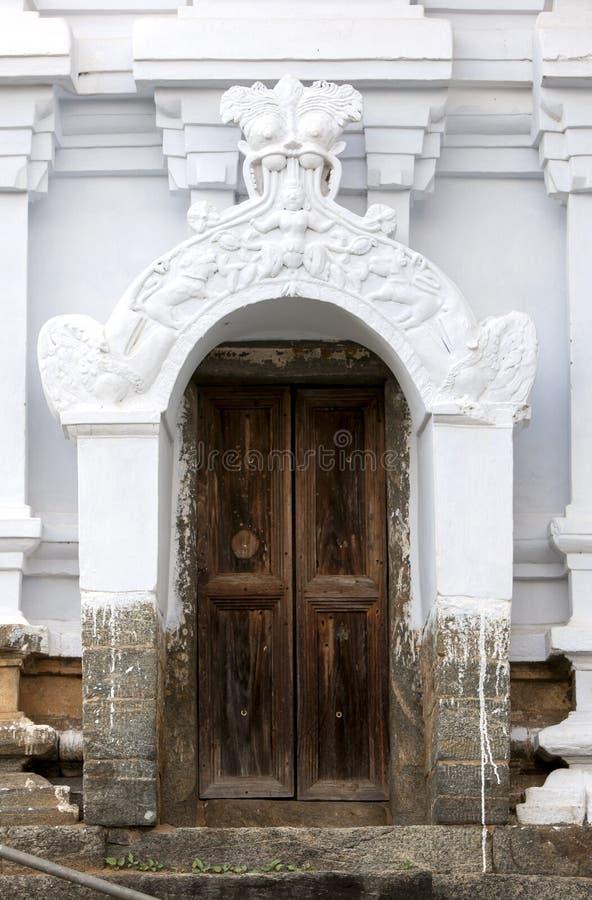 En dörr vid Sri Lankathilaka Rajamaha Viharaya royaltyfri foto