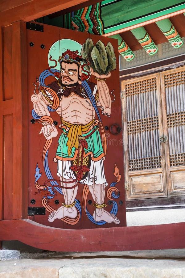En dörrdekormålning på en gammal tempel royaltyfria bilder