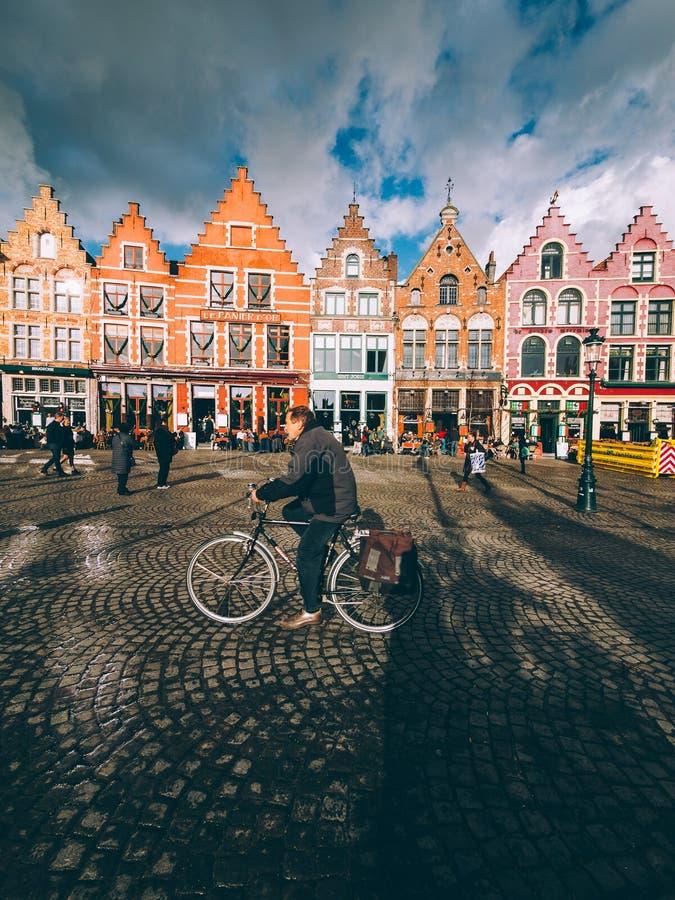 En dag i den soliga staden av Brugge arkivbild