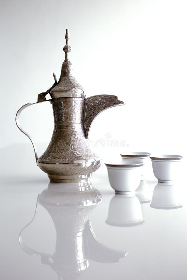 En dallah är en metallkruka som planläggs för framställning av arabiskt kaffe fotografering för bildbyråer
