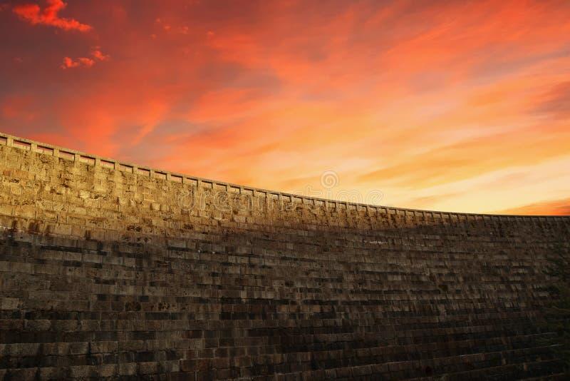 En defensiv vägg för stor slott i en solnedgång arkivfoto