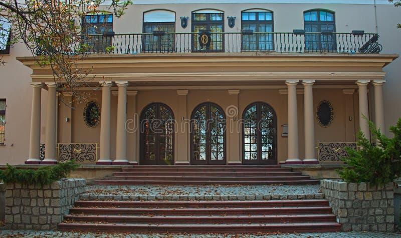 En dehors de la vue sur l'entrée dans la villa avec des portes, des escaliers et des fenêtres photographie stock