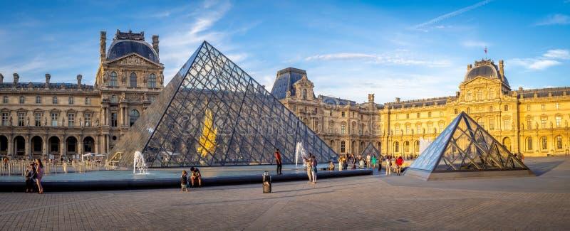En dehors du musée de Louvre à Paris, Frances photos libres de droits