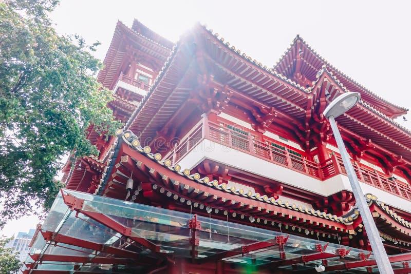 En dehors du temple et du musée de relique de dent de Bouddha, c'est architecture et fusée de style chinois sur le toit du temple image libre de droits