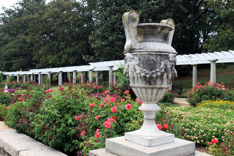 En dekorativ stenurna i den italienska trädgården royaltyfri foto