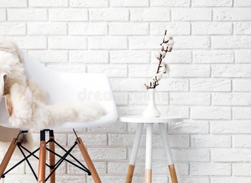En del av den moderna minimalist inre med stol som täckas med whi royaltyfri bild