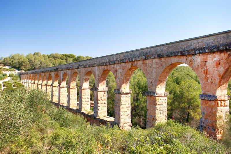 En del av den romerska akvedukten som byggs för att leverera vatten till den forntida staden av Tarragona arkivbilder