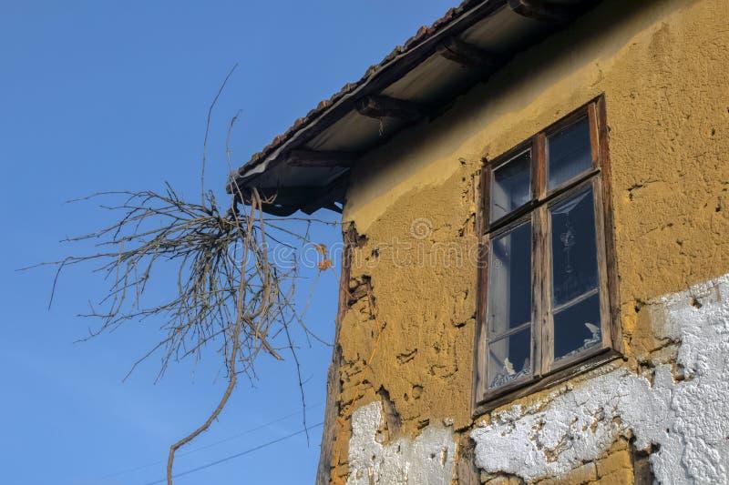 En del av ett gammalt lantbruk med а vinkrets mot en blå himmel royaltyfri fotografi