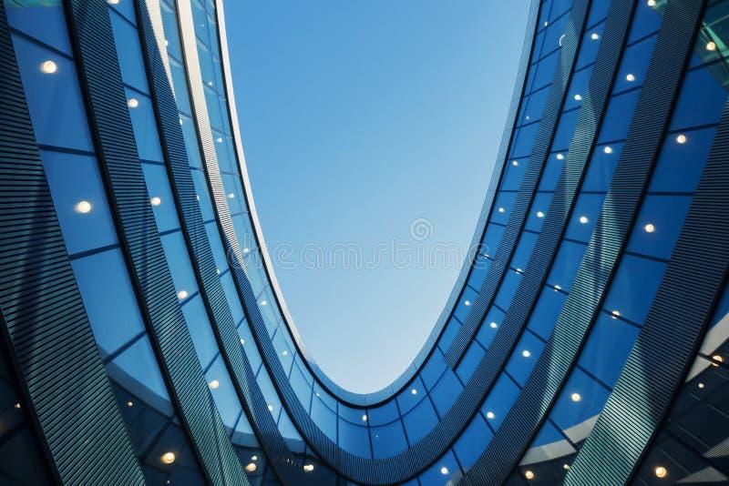En del av modern affärsbyggnad mot blå himmel royaltyfria foton
