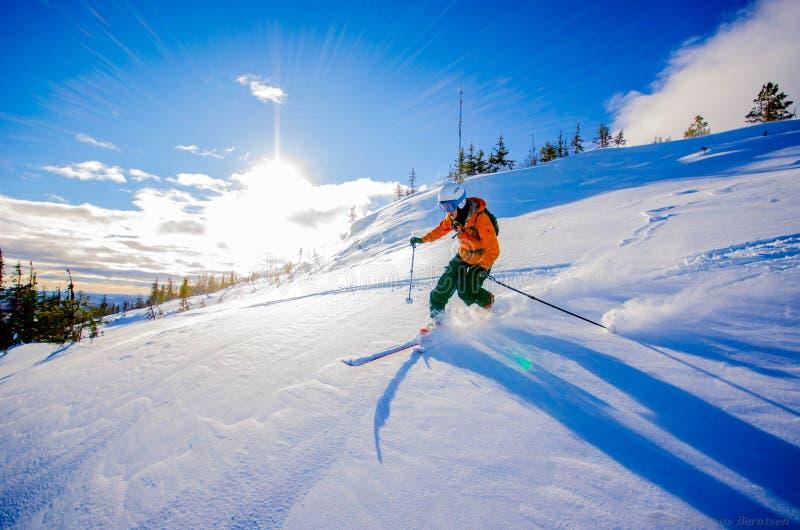 En descendant/ski alpin image stock