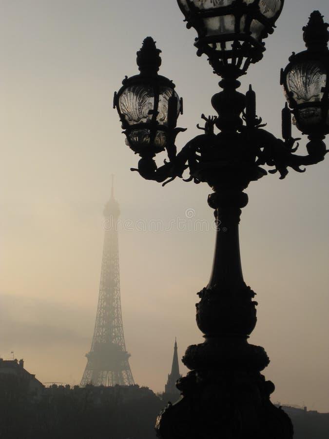 En detaljerad Parisien gatalampa på en dimmig eftermiddag in mot Eiffeltorn, Paris royaltyfri bild