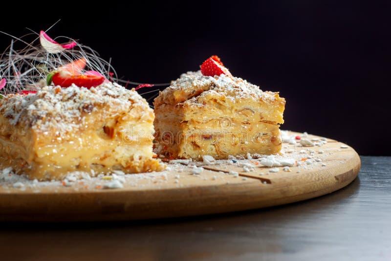 En deux pi?ces du napol?on de g?teau sur le plateau en bois Cuisine russe, gâteau posé avec la pâtisserie cream-2 images stock