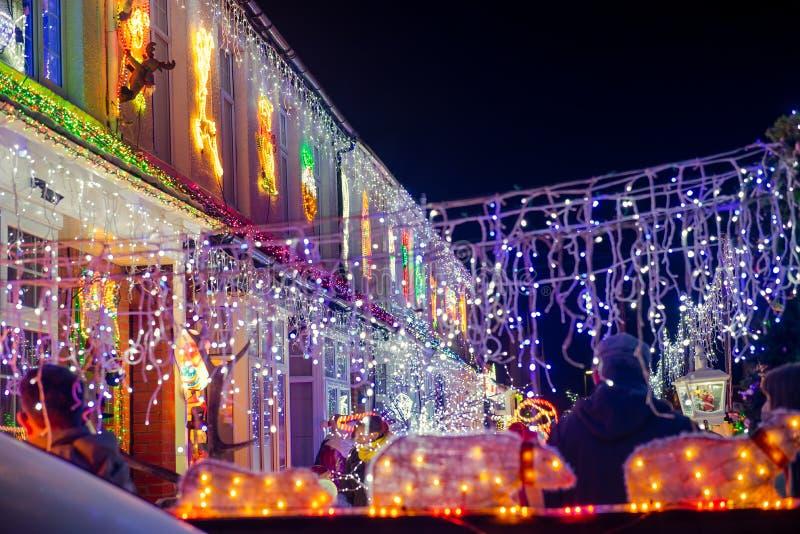 En diciembre de 2018, nuevas casas adornadas y encendidas de Milton, de Reino Unido - por la Navidad y el Año Nuevo en la noche D imágenes de archivo libres de regalías