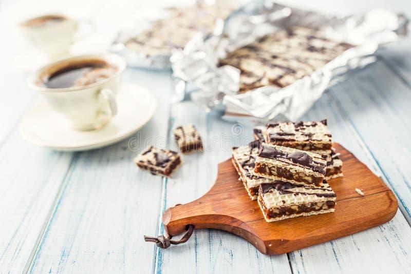 En dillandekaka med karamellchoklad och valnötter Traditionell slo royaltyfria bilder