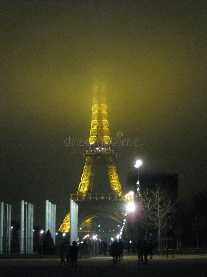 En dimmig helgdagsaftonsikt för nya år av Eiffeltorn, Paris royaltyfri foto