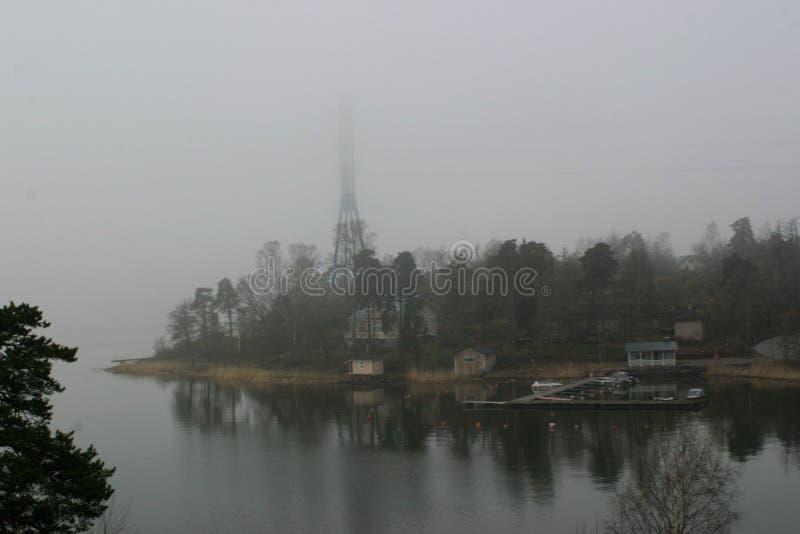 En dimmig morgon vid havet arkivfoto