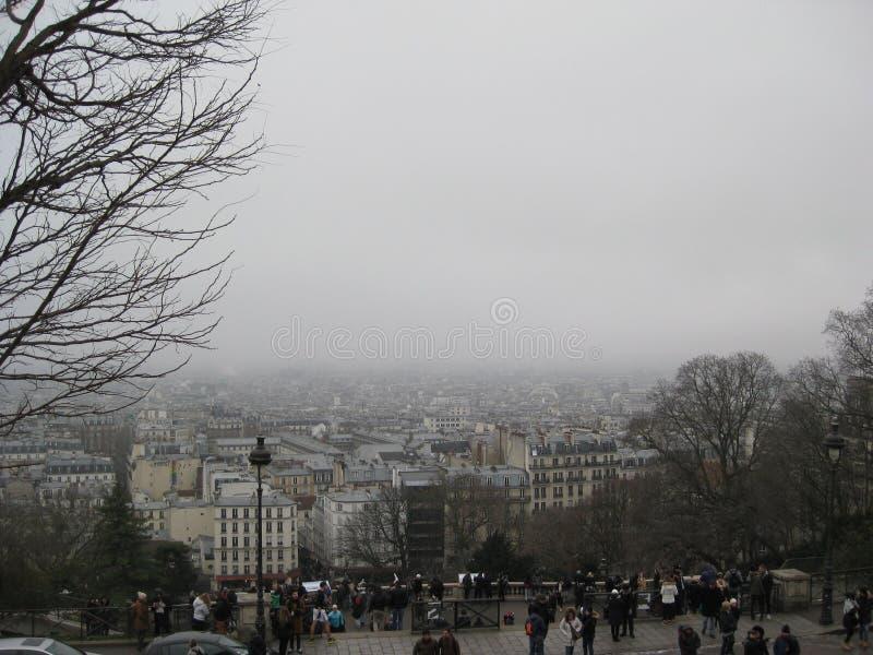 """En dimmig sikt från Sacré-CÅ """"ur, Paris arkivfoton"""