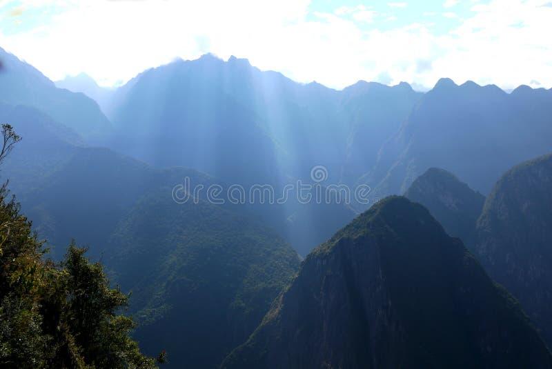 En dimmig start till dagen i Anderna arkivbild