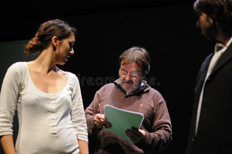 En direktör instruerar en aktris Båda från det Barcelona teaterinstitutet royaltyfri foto