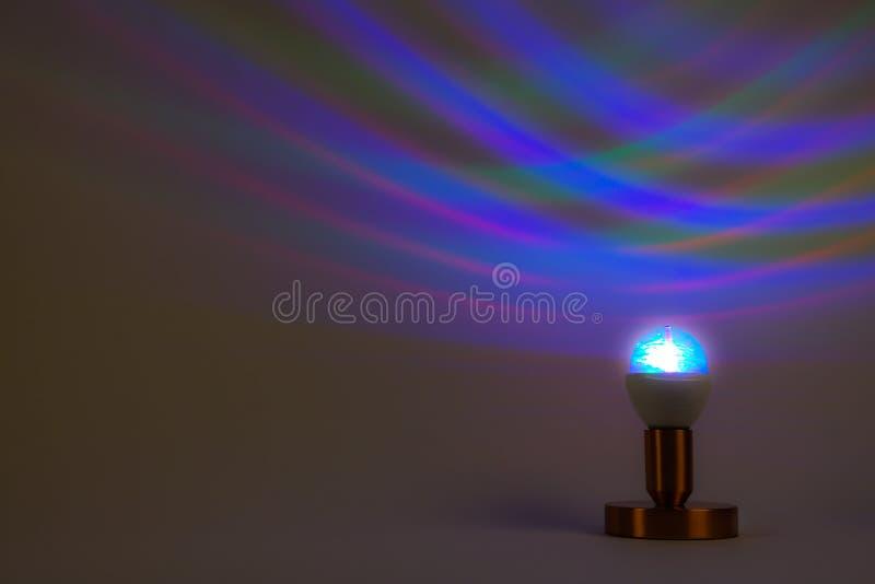 En diskolampa som sätter ljus på väggen royaltyfri bild