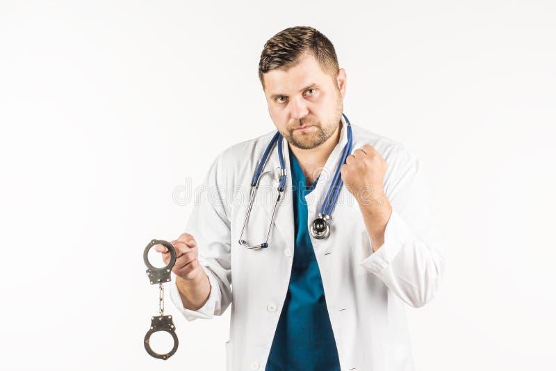 En doktor i ett vitt labblag med en stetoskop rymmer handcuen royaltyfria foton