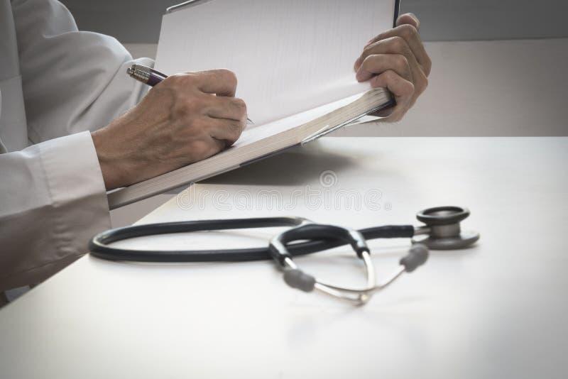 En doktor som arbetar i medicinskt kontor royaltyfria foton