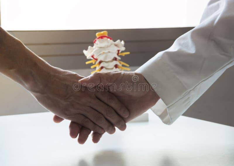 En doktor som skakar handen en patient royaltyfria foton