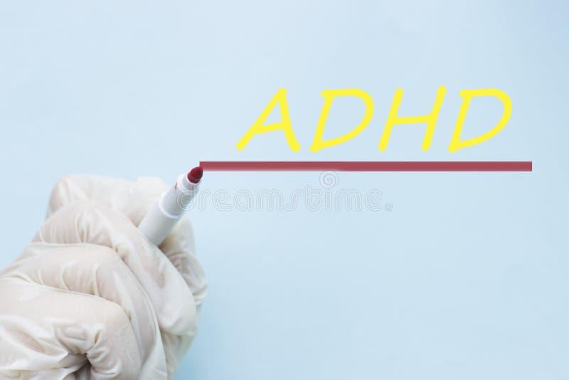 En doktors hand i en handske med en tuschpenna, oordning för Hyperactivity för ADHD-uppmärksamhetunderskott royaltyfri bild