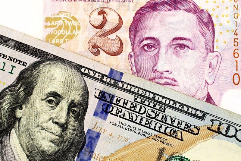 En dollarr?kning f?r tv? Singapore med en ny amerikan hundra dollarr?kning arkivfoto