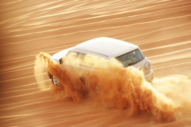 En drevbil för 4 weel i handling i en ökensafaritur i Dubai arkivbilder