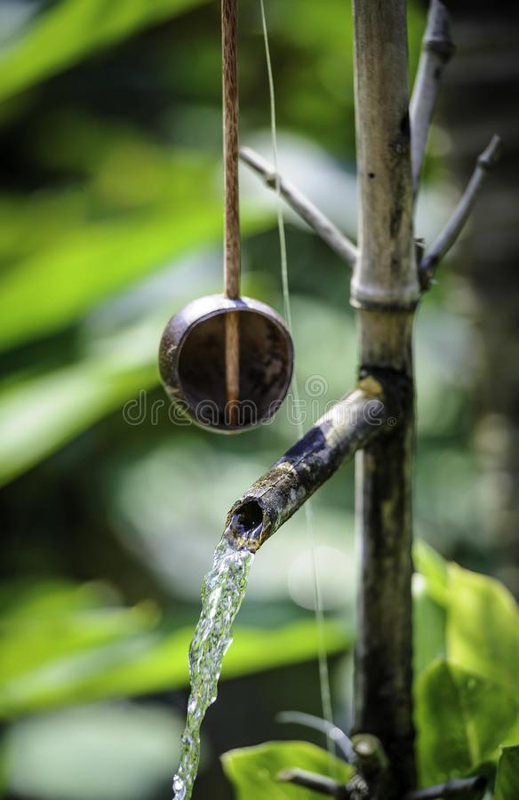 Dricka ladle och springbrunn, vietnam arkivfoton