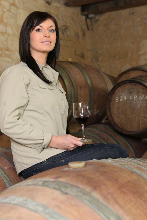 En dricka wine för kvinna royaltyfri fotografi