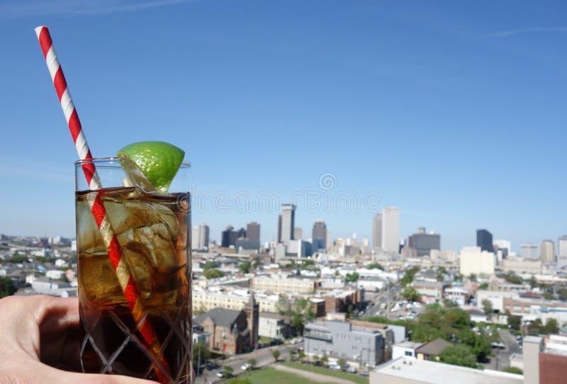En drink och en New Orleans horisont fotografering för bildbyråer