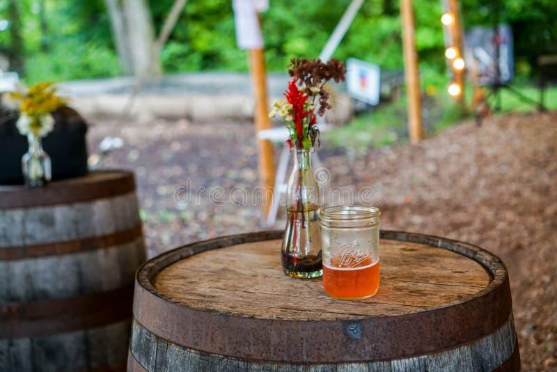 En drink på en wood trumma royaltyfria foton