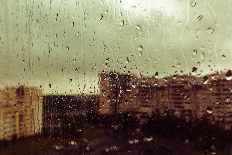 En droppe av regn p? f?nstret av sorgsenheten av l?ngtan, bakgrundssuddighet fotografering för bildbyråer