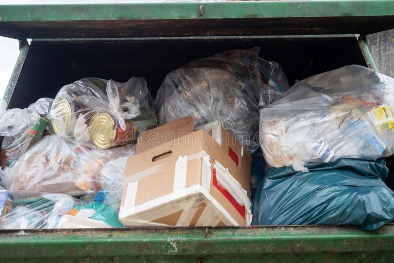 En dumpster mycket av blandad avskräde royaltyfria foton