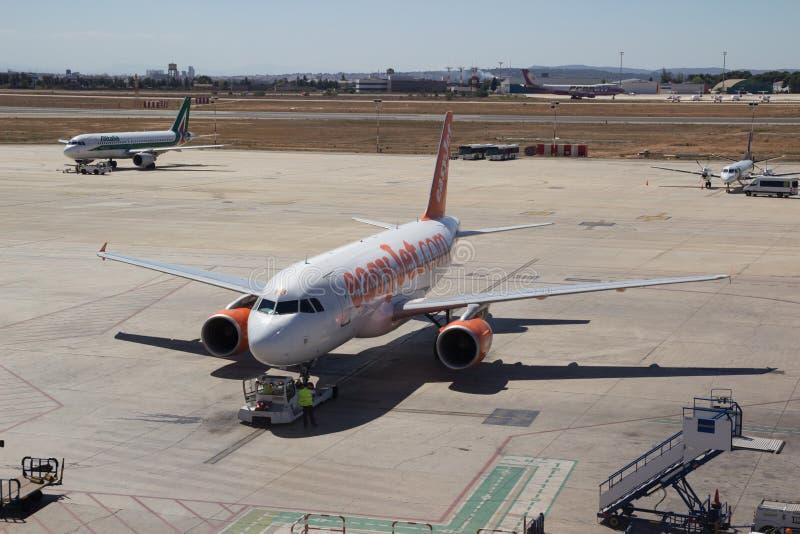 En EasyJet trafikflygplan på flygplatsen i Valencia, Spanien royaltyfri bild