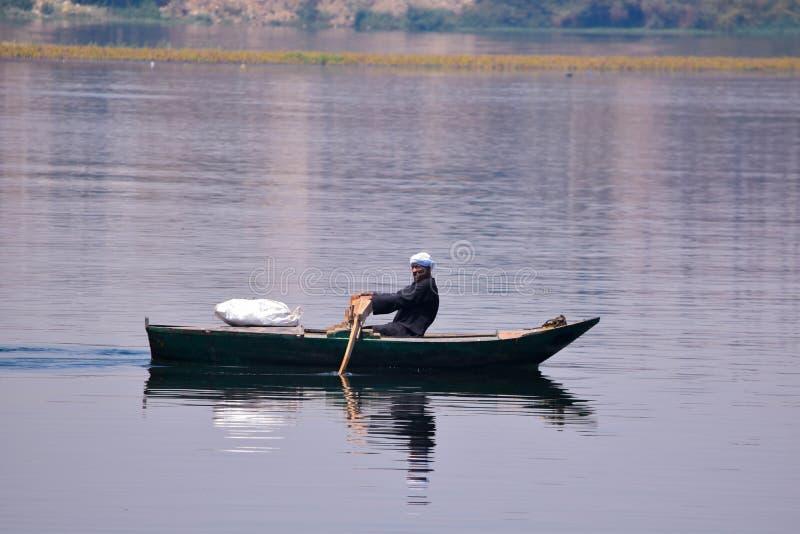 En egyptisk man som ror ett fartyg i Nilen royaltyfri foto