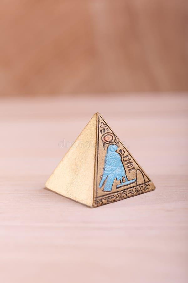 En egyptisk pyramid med bilder royaltyfri foto