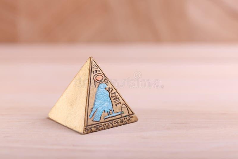 En egyptisk pyramid med bilder royaltyfri fotografi