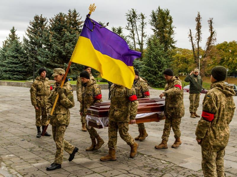 En el adiós de Uzhhorod al soldado que murió de heridas en la zona de la ATO imagen de archivo libre de regalías