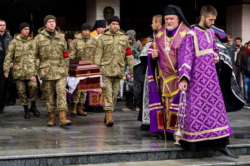 En el adiós de Uzhhorod al soldado que murió de heridas en la zona de la ATO foto de archivo libre de regalías